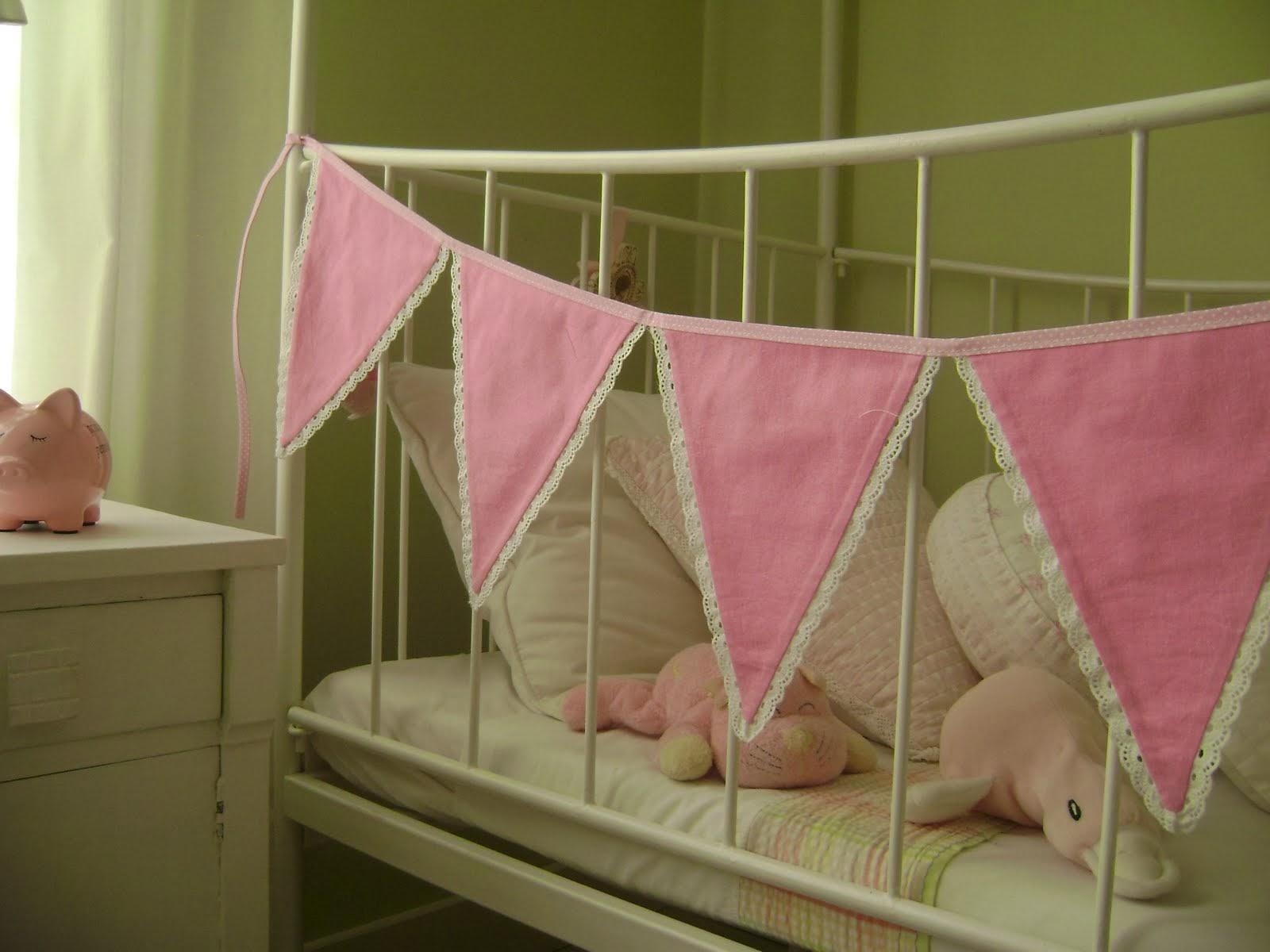 Cuna de bebé decorada con banderines