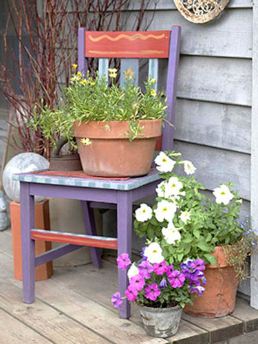 How to recycle garden decorations of recycled old chairs for Recycling furniture decorating ideas