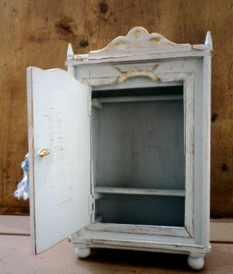 vecchio armadio per casa delle bambole