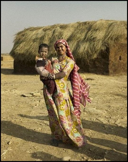mulher do deserto segurando o filho no colo
