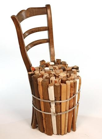 esta vez una silla encierra restos de muebles todos de madera cuyo estado colores y formas se han mantenido intactos para que juntos formen el estilo