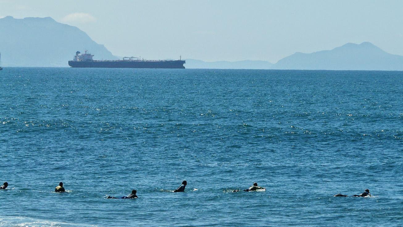 surfistas en el pico sopela