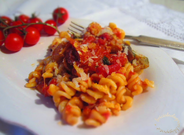 fusilli al sugo con pomodorini secchi, acciughe e olive taggiasche