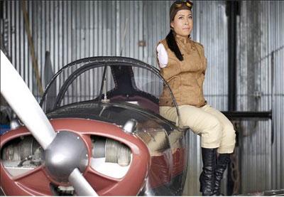 Jessica Cox terbang di pesawat mesin tunggal untuk pertama kalinya melalui penerbangan Wright pada tahun 2005. Cox mendapat sertifikat pilot nya pada 10 Oktober  2008,  setelah menjalani pelatihan selama tiga tahun , dinyatakan memenuhi syarat untuk menerbangkan  pesawat  sport di ketinggian 10.000 kaki. Dia menerima pelatihan penerbangan melalui   beasiswa di bawah bimbingan Parrish Traweek. Pesawatnya dirancang sedemikian rupa sehingga Jessica dapat menerbangkan dengan kaki.