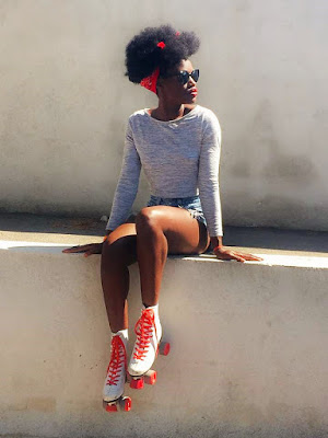 short taille haute, coupe afro, crop top, rollers quads vintage