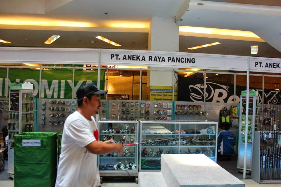 Pengunjung Indonesia Fishing Tackle Exhibition 2014 sedang berpatisipasi dalam game yang diselenggarakan panitia