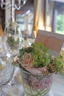 Blumen-Arrangement mit Tischnummer, Nude & Blush Wedding