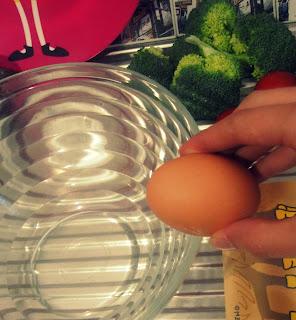 Eier aufschlagen und in eine Schüssel geben, jetzt schon Gewürze hinzugeben und gut mit dem Ei verrühren.