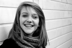 Cuando estes triste rie, llorar es demasiado facil.