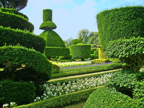 Famous english gardens visit topiary garden at levens for Fotos de jardines bonitos