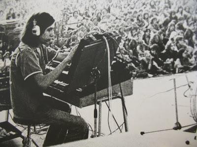 Un jovencísimo Michael Hoenig actuando en directo con Agitation Free en 1973