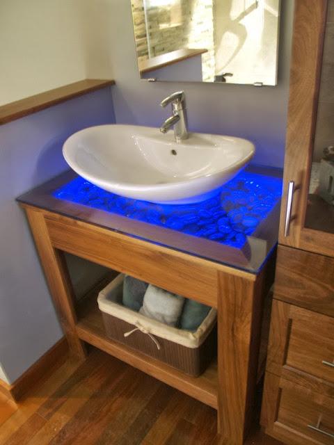 Desain Kamar Mandi dengan Lampu biru