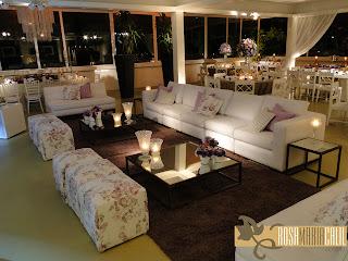 lounge, ilha de sofás, estofados brancos, almofadas floral e lilás, decoração, casamaneto