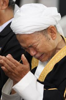 Datuk Bentara Setia Tuan Guru Nik Abdul Aziz Nik Mat berdoa