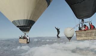 熱気球 綱渡り