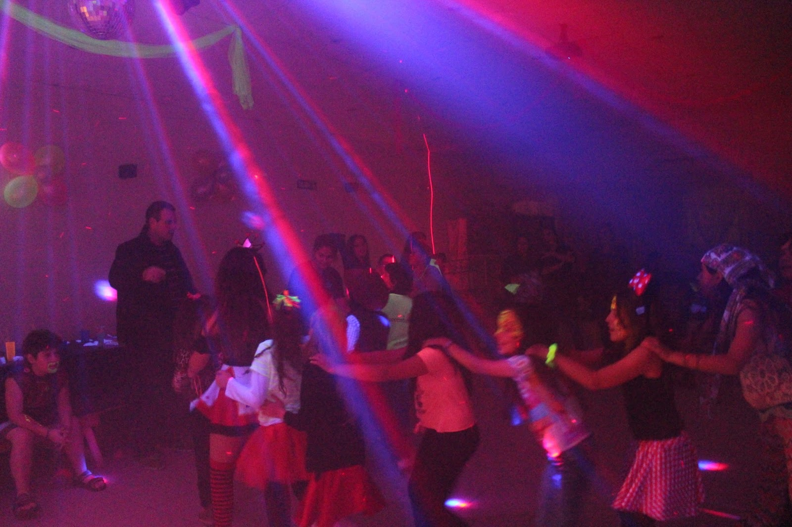 Pista de baile con esferas de leds, esferas de espejos, humo, burbujas, lasers