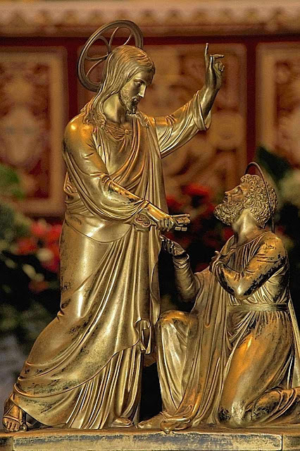 Cristo entrega as chaves a São Pedro e o institui fundamento único da Igreja
