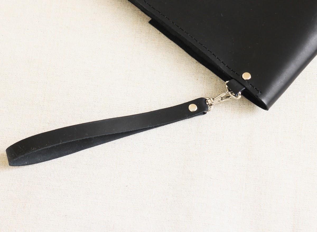 Ручка у клатча пристегивается на карабин