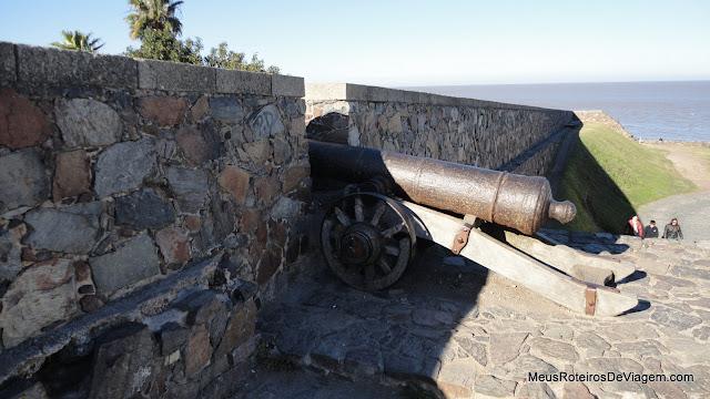 Canhão na antiga muralha de Colonia del Sacramento, Uruguai