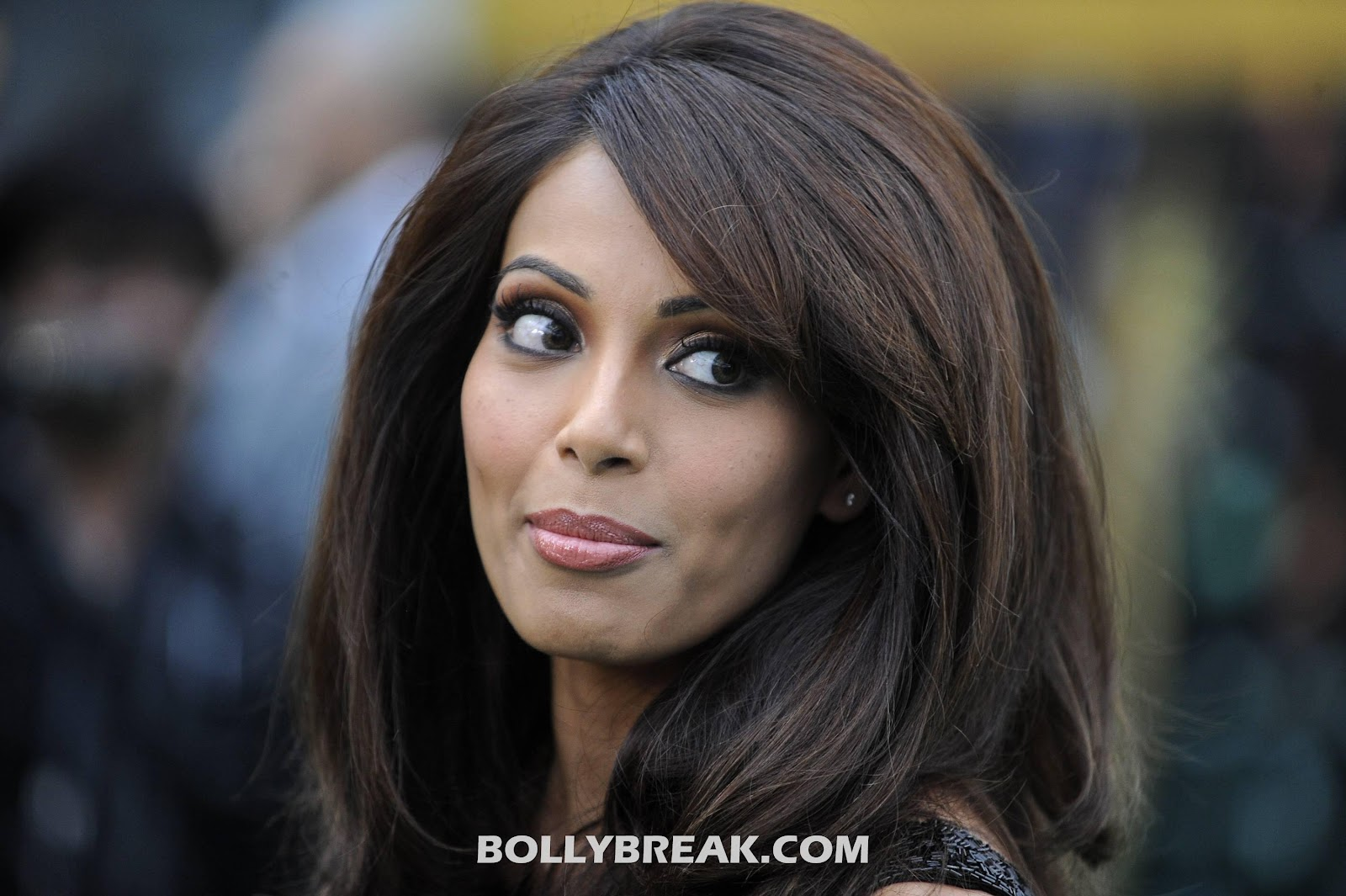 eLuKH -  Bipasha basu face close up