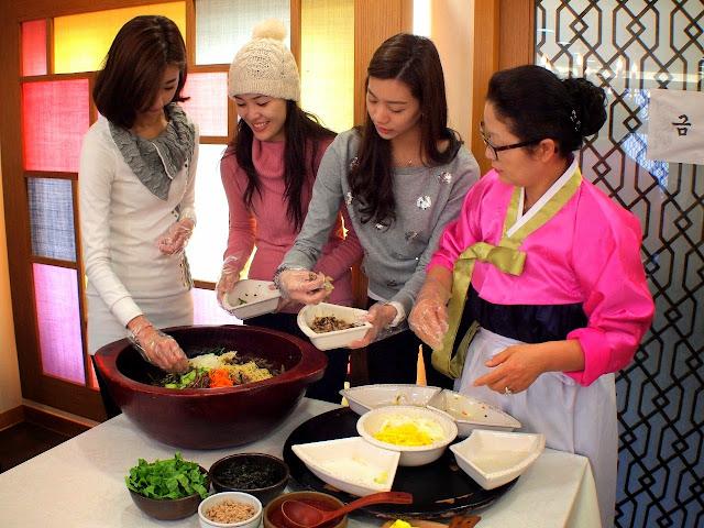 韩国传统饮食文化体验馆理事细心指导三位美姐如何炮制当地传统美食石锅拌饭