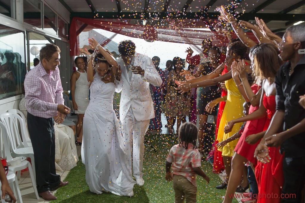 les mariés quittent la salle sous les confettis