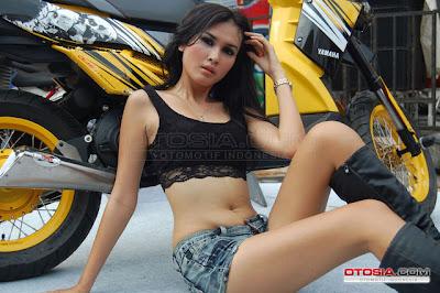 Foto Model Seksi dan Cantik Saat Pameran Motor
