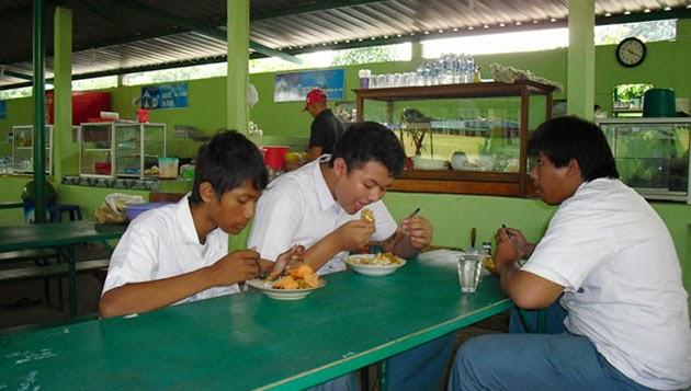 Makan Dikantin Pas Jam pelajaran