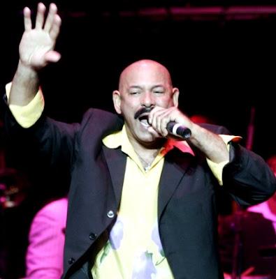 Oscar de León cantando