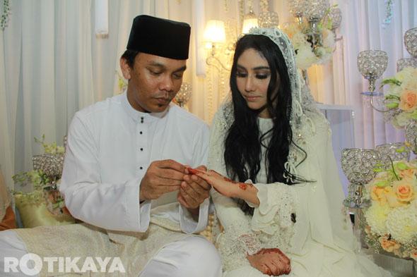 18 - Gambar Pernikahan Ella dan Azhar Ghazali