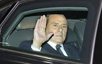 Silvio Berlusconi deixa o Palácio Quirinale depois de entregar sua renúncia ao presidente Giorgio Napolitano - Foto: AP