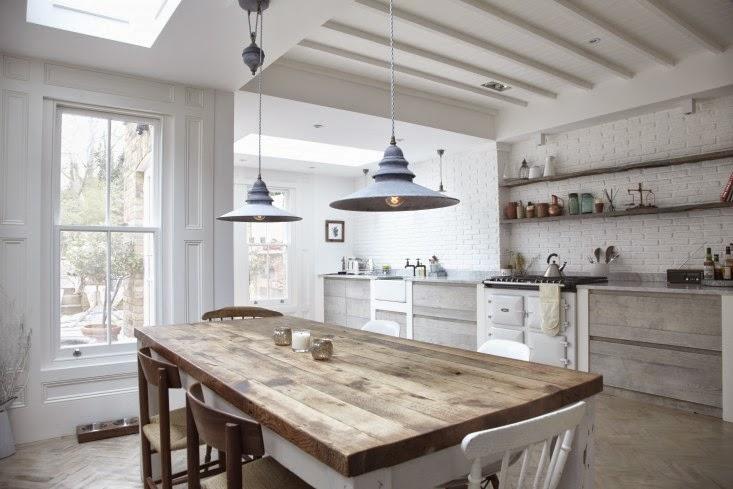 Cocina integral de madera blanca una cocina de esp ritu for Mesas de cocina blancas y madera