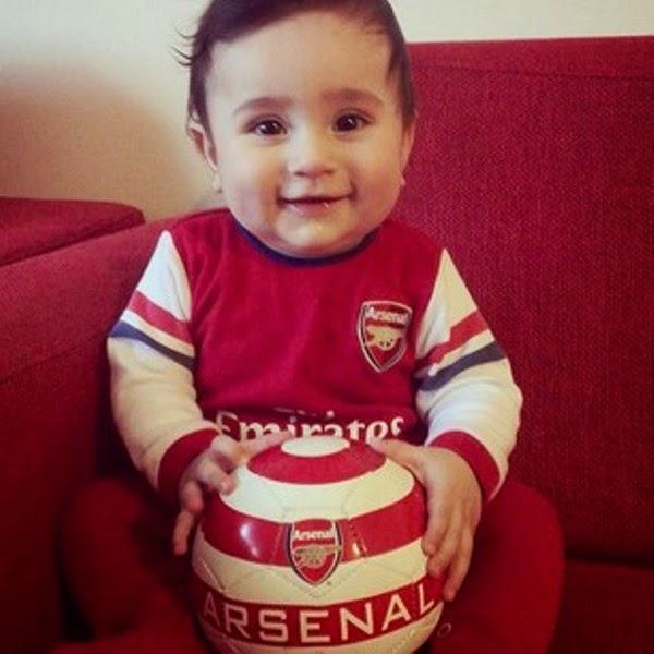 Foto bayi lucu pakai kostum sepak bola arsenal