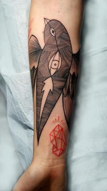 Tatuaż graficzny przedstawiający ptaka