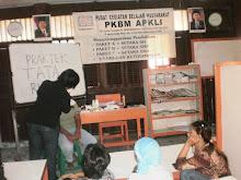 pengurus dan para  Anggota APKLI  DKI sedang praktek Tata Rias di PKBM APKLI