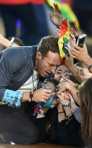 Chris Martin, do Coldplay, tem suor secado com bandeira LGBT em Super Bowl 50