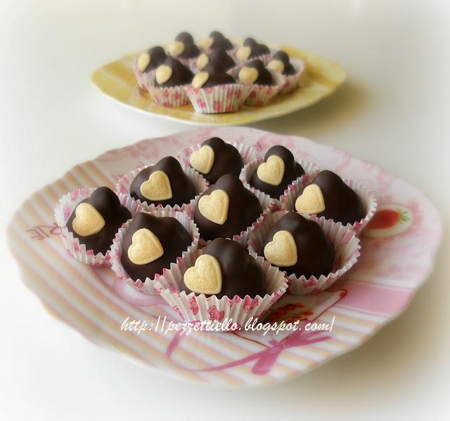 Praline di cioccolato con nocciole e panettone