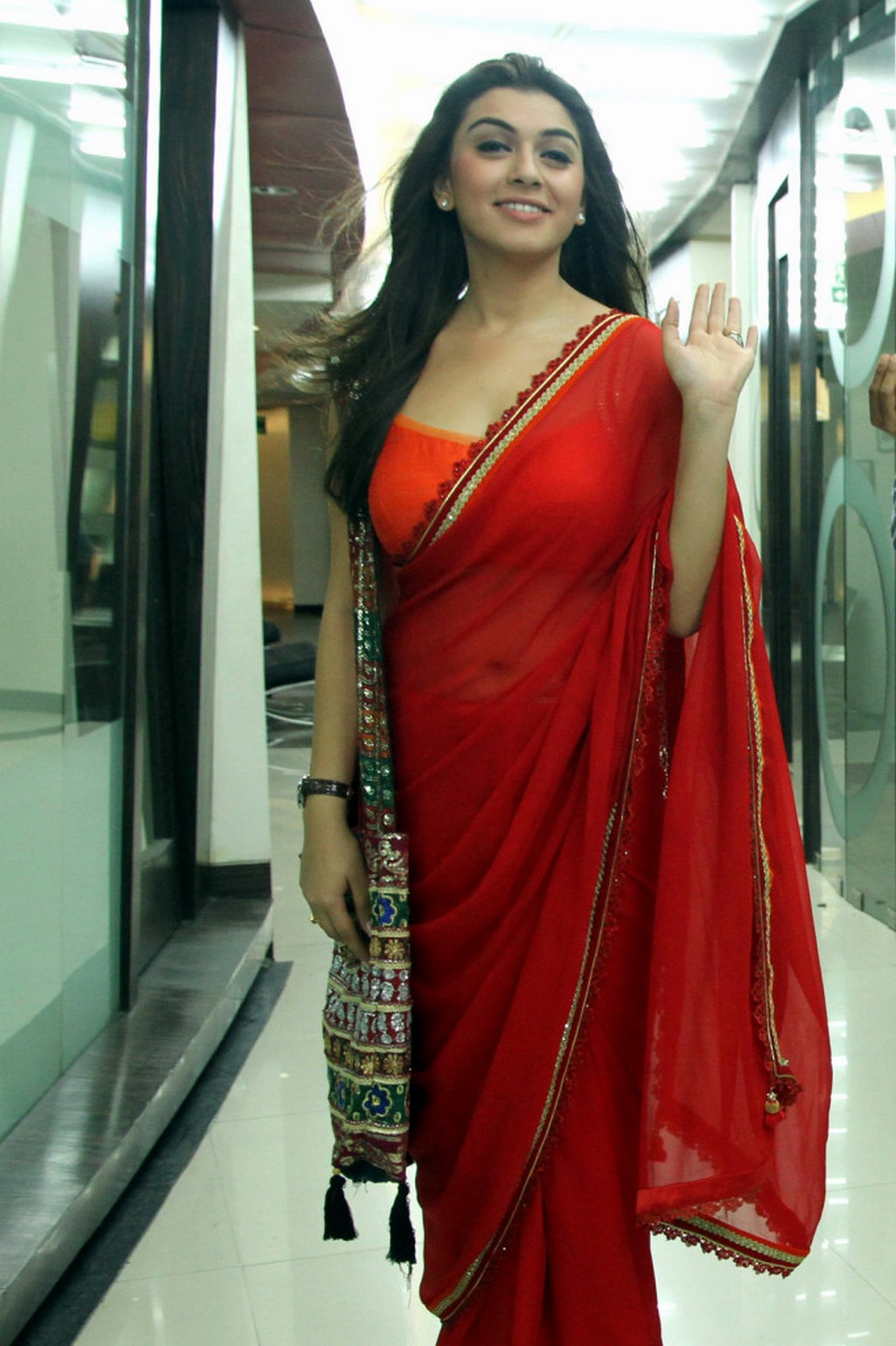 Actreansika motwani in red saree photos