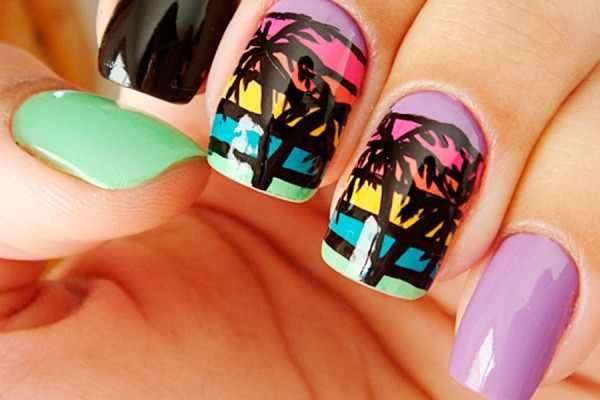 Uñas decoradas con palmas y puesta de el sol con diferentes colores llamativos.