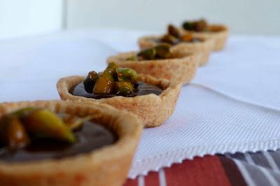 Tartaleta rellena de crema de chocolate con pistachos caramelizados