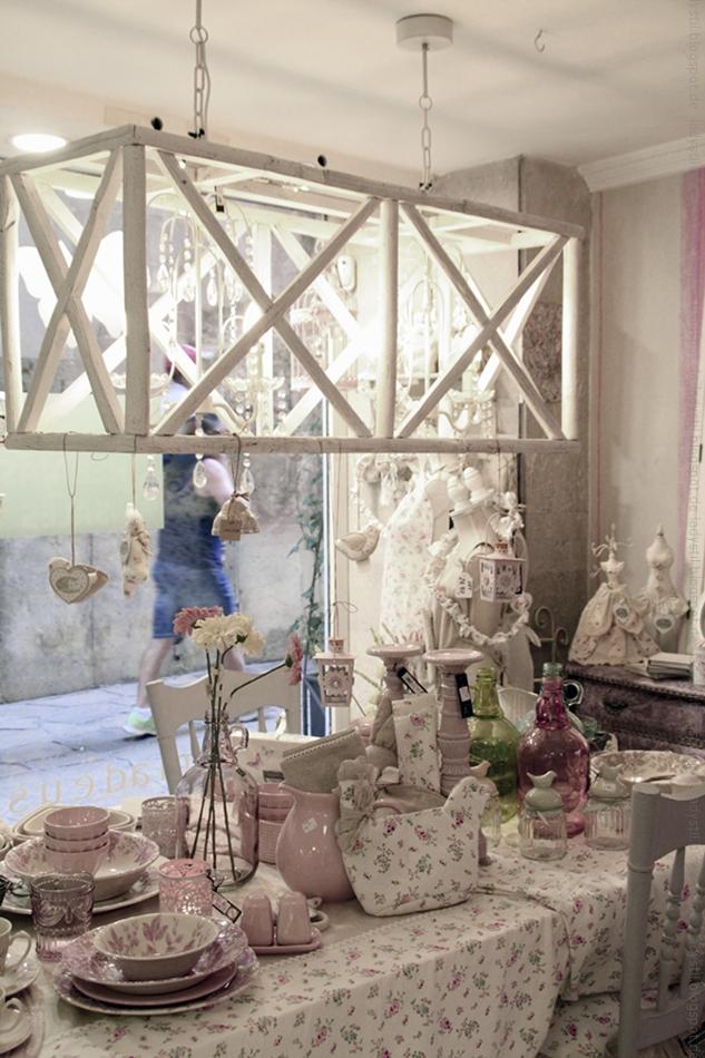 gedeckter Tisch im Interior Geschäft Domvs Artis Palma mit rosa Geschirr und Blümchentischdecke