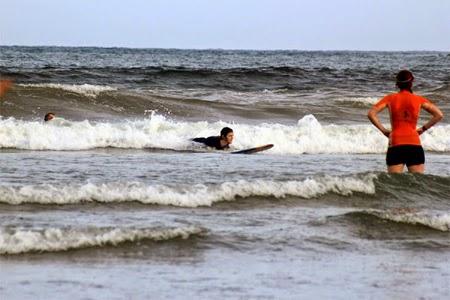 Pantai Teleng Ria mulai dilirik wisatawan asing sebagai arena berselancar