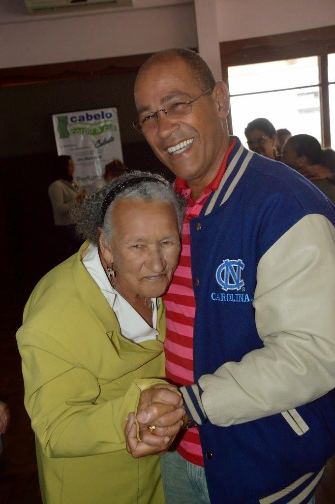Entusiasmada, dona Maria Ivania Pereira, de 83 anos, não largou o professor Luis Lisardo na hora do forró