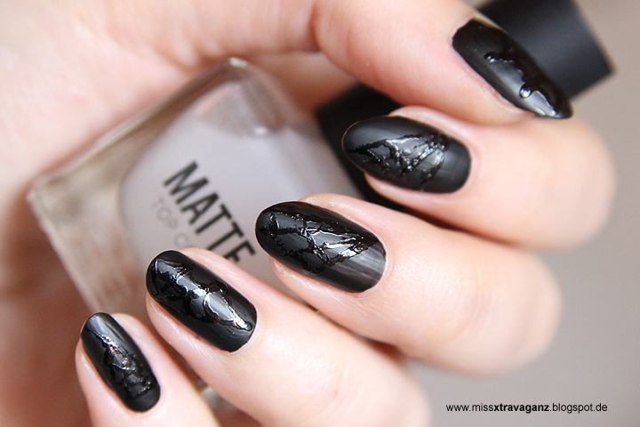 Nagellack halloween nailart matte spinnweben miss for Nageldesign matt