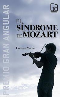 Se ve la siluesta en sombra de un chico tocando el violín y al fondo un cielo inmenso con nubes