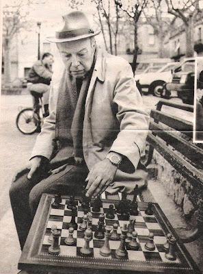Arturo Pomar jugando al ajedrez en el parque