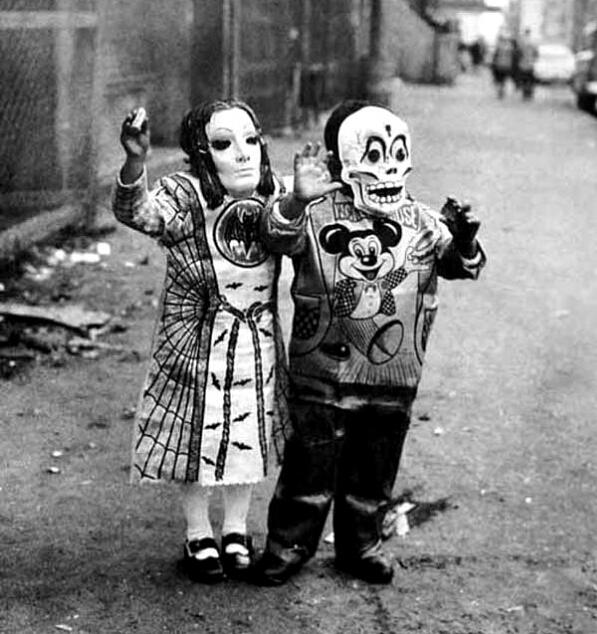 fotografia antigua de dos niños disfrazados en halloween