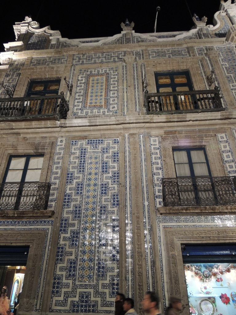 Around the world house of tiles casa de los azulejos for Casa de azulejos