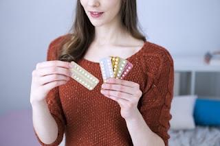 Uma dúvida comum é se a pílula anticoncepcional de uma mesma marca perderia a eficácia se adotada durante muitos anos. A resposta é bastante simples: não. O medicamento contraceptivo não deixa de ser eficaz ao longo dos anos se usado sempre corretamente