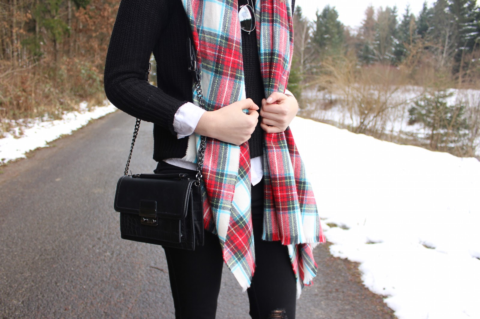 TheBlondeLion Outfit Ripped Jeans All black plaid Primark scarf oversized aviator mirrored sunglasses